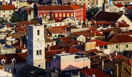 Panorama de la ciudad mediterránea de Sibenik foto de archivo
