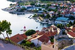 Panorama de la ciudad mediterránea de Sibenik imagen de archivo