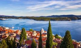 Panorama de la ciudad mediterránea de Sibenik y del mar fotos de archivo libres de regalías