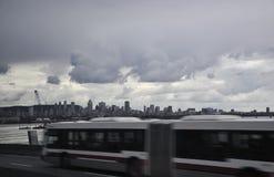 Panorama de la ciudad de Montreal y puerto de Vieux por noche debajo de un cielo dramático en Canadá foto de archivo