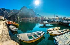 Panorama de la ciudad de Omis en Dalmacia, lugares croatas del viaje Fotografía de archivo