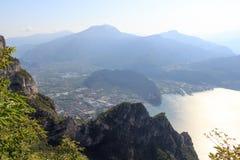 Panorama de la ciudad de Riva del Garda en el lago Garda y las montañas, Italia Imagen de archivo libre de regalías