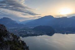 Panorama de la ciudad de Riva del Garda en el lago Garda y las montañas en la salida del sol por la mañana, Italia Imagen de archivo libre de regalías
