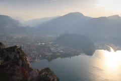 Panorama de la ciudad de Riva del Garda en el lago Garda y las montañas en la salida del sol por la mañana, Italia Imagen de archivo
