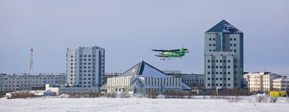 Panorama de la ciudad rusa de Nadym en Yamal con un pla que vuela foto de archivo