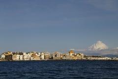 Panorama de la ciudad de Trapan Sicilia enmarcada por el mar Fotos de archivo