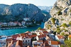 Panorama de la ciudad vieja del pirata de Omis Foto de archivo