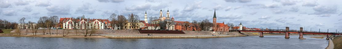 Panorama de la ciudad vieja de Kaunas con el puente sobre el río de Nemunas fotos de archivo