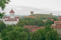 Panorama de la ciudad vieja de Vilna con la catedral del Theotokos, la torre de Gediminas y la iglesia de St Anne en Lituania Fotografía de archivo