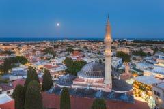 Panorama de la ciudad vieja y de la mezquita de la tarde de Suleyman con la luna Isla de Rodas Grecia Imagen de archivo