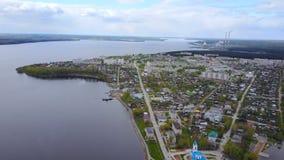 Panorama de la ciudad Visión superior Ondulación permanente Krai Dobryanka metrajes