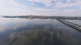 Panorama de la ciudad y del río de una altura almacen de metraje de vídeo