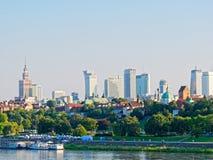 Panorama de la ciudad y de los rascacielos viejos en Varsovia Al lado del Vístula y de los bulevares Fotos de archivo