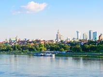 Panorama de la ciudad y de los rascacielos viejos en Varsovia Al lado del Vístula y de los bulevares Foto de archivo libre de regalías