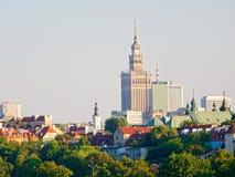 Panorama de la ciudad y de los rascacielos viejos en Varsovia Al lado del Vístula y de los bulevares Foto de archivo