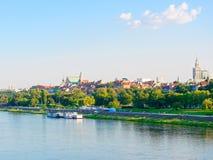 Panorama de la ciudad y de los rascacielos viejos en Varsovia Al lado del Vístula y de los bulevares Imagenes de archivo