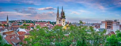 Panorama de la ciudad Zagreb en puesta del sol foto de archivo
