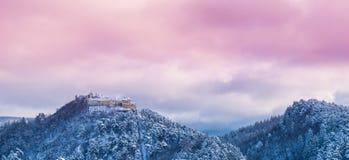 Panorama de la ciudadela de Rasnov en la estación del invierno Imágenes de archivo libres de regalías