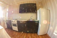 Panorama de la cocina y del comedor en casa vieja imágenes de archivo libres de regalías