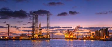 Panorama de la construcción del aparejo de la perforación petrolífera Fotografía de archivo libre de regalías