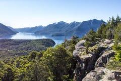 Panorama de la cordillera con el lago Caminar aventura en el Sa Foto de archivo