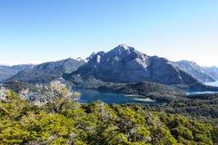Panorama de la cordillera con el lago Caminar aventura en el Sa Imagenes de archivo