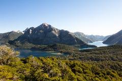 Panorama de la cordillera con el lago Caminar aventura en el Sa Fotografía de archivo