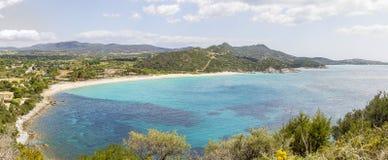 Panorama de la costa en el sureste de Cerdeña Italia Imagen de archivo libre de regalías