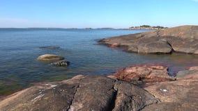 Panorama de la costa rocosa de Hanko Julio en un día soleado finlandia almacen de video