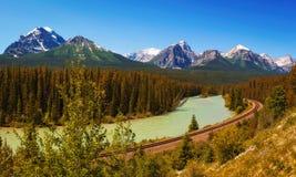 Panorama de la curva doble del ` de Morant en valle del arco en el parque nacional de Banff Fotografía de archivo libre de regalías