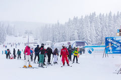 Panorama de la estación de esquí Kopaonik, Serbia, esquiadores, elevación, árboles de pino Imagenes de archivo