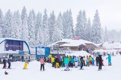 Panorama de la estación de esquí Kopaonik, Serbia, esquiadores, elevación, árboles de pino Imagen de archivo