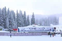 Panorama de la estación de esquí Kopaonik, Serbia, esquiadores, elevación, árboles de pino Imágenes de archivo libres de regalías