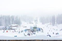 Panorama de la estación de esquí Kopaonik, Serbia, esquiadores, elevación, árboles de pino Foto de archivo libre de regalías
