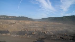 Panorama de la explotación minera, mina del cielo abierto, explotación del cabón, descargadores, extrayendo industria de extracci metrajes