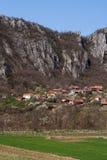 Panorama de la formación del pueblo y de roca de Vlasi Fotos de archivo libres de regalías
