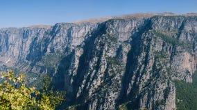 Panorama de la garganta de Vikos en Grecia Garganta de Vikos en la región de Zagoria Parque nacional de montaña de Pindus Grecia  Fotos de archivo