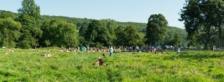 Panorama de la gente que se relaja en hierba por el río Avon Imagenes de archivo