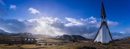 Panorama de la iglesia de Mosfellsbaer en Islandia en la puesta del sol foto de archivo libre de regalías