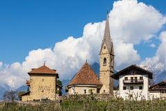 Panorama de la iglesia, de Sankt Georgen Kirche y de la torre, Uhlenturm en Schenna Scena, el Tyrol del sur, Italia europa imágenes de archivo libres de regalías