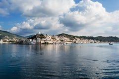 Panorama de la isla de Poros, Grecia Imagen de archivo