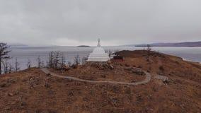 Panorama de la isla de Ogoy en tiempo nublado Stupa budista en el lago Baikal metrajes
