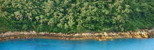 Panorama de la línea de la playa tropical del océano Fotografía de archivo libre de regalías