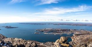 Panorama de la luz del día de la ciudad de Nuuk y de los fiordos circundantes Imagen de archivo libre de regalías