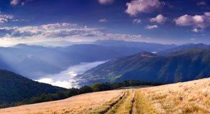 Panorama de la mañana del paisaje de la montaña Imágenes de archivo libres de regalías