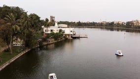 Panorama de la maison flottant sur le lac photo stock