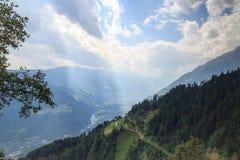 Panorama de la montaña con los rayos de sol cerca de Merano, el Tyrol del sur fotos de archivo libres de regalías