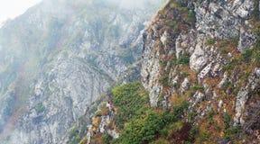 Panorama de la montaña con niebla Fotos de archivo libres de regalías