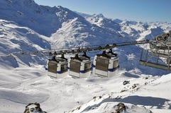 Panorama de la montaña con tres góndolas Foto de archivo