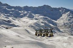 Panorama de la montaña con tres góndolas Fotografía de archivo